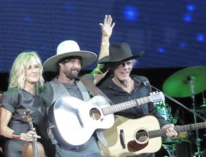 Ryan Bingham (center) with Dixie Chick Martie Maguire and band director Charlie Sexton (Photo by Debbie L. Gray)